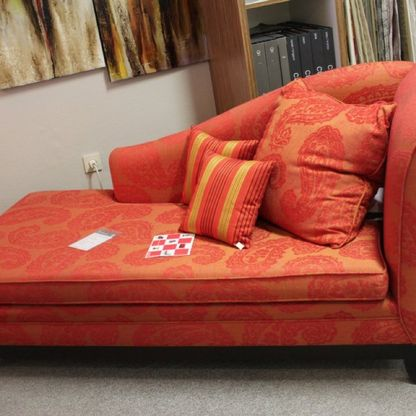 orange-farbiges Sofa